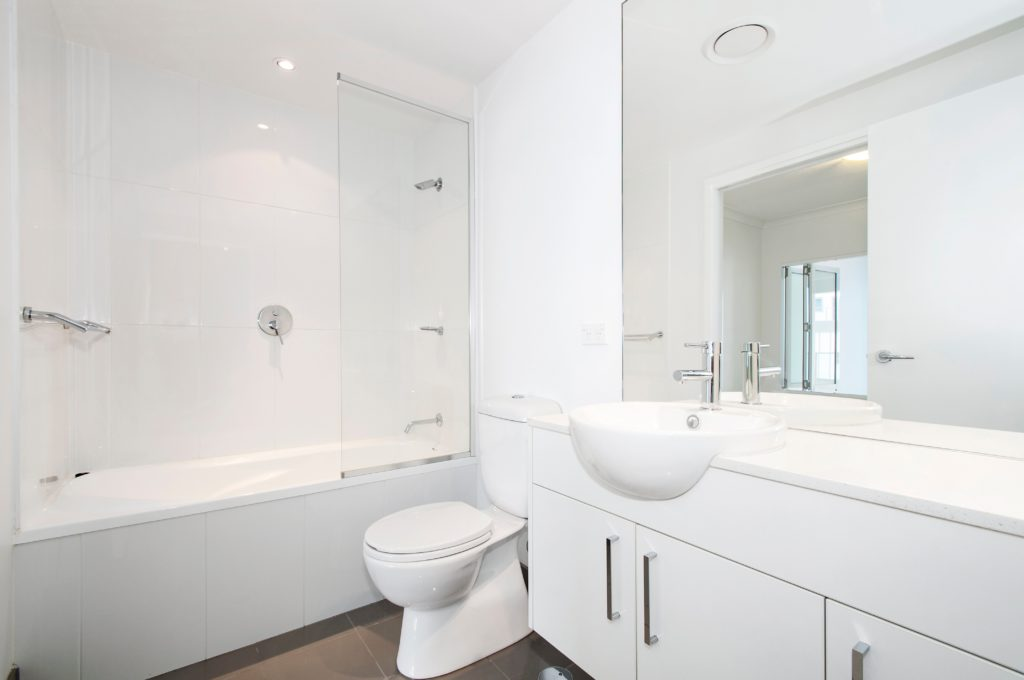Ein Sanitär bei Reci Haustechnik fotografiert das Badezimmer, dass er repariert hat